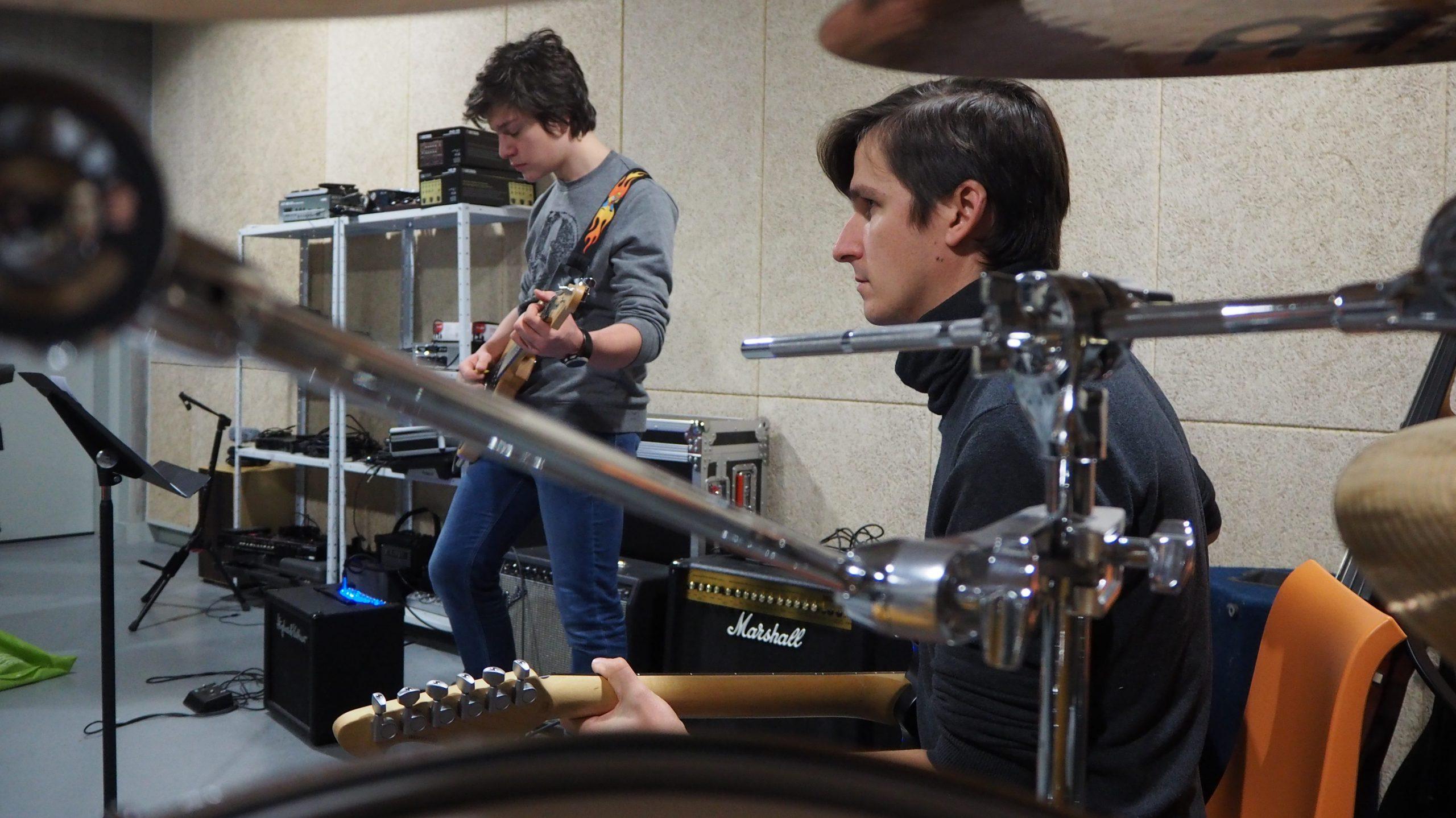Groupe de musique jouant dans une salle de musique du conservatoire.
